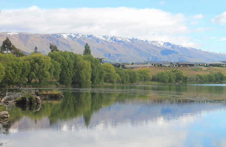Cromwell travel guide, New Zealand: Lake Dunstan in spring