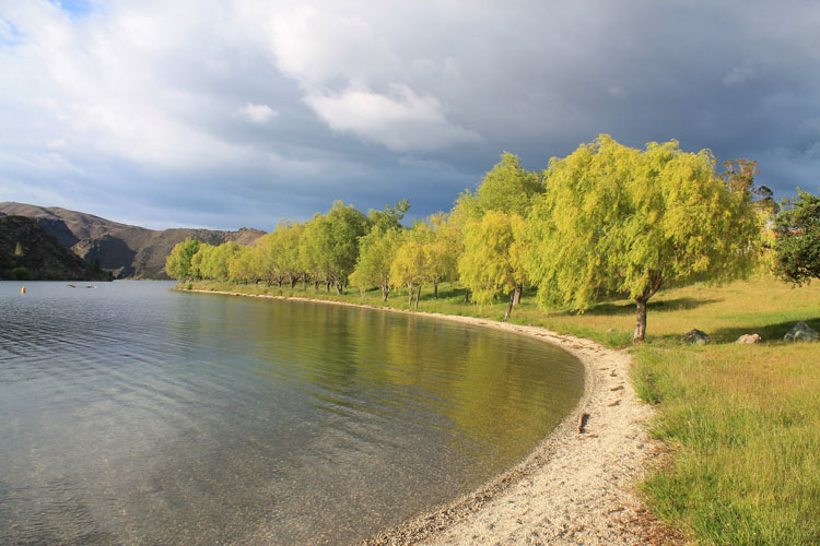 Cromwell travel guide, New Zealand: swimming in Lake Dunstan