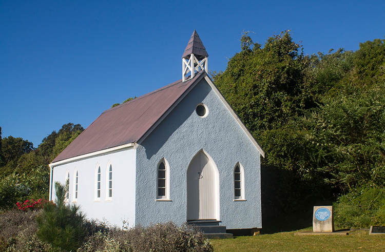 The best things to do in Moeraki, New Zealand -- The tiny blue church